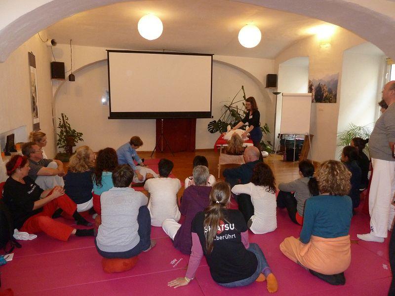 Ramita Keienburg und Nalini Keienburg bei ihrem Workshop auf dem Europäischen Shiatsu Kongress in Wien.
